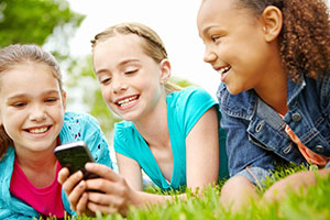 Für unsere Kinder sind das Internet und das Smartphone Alltagsgegenstände wie Messer und Gabel - © istock.com/gradyreese Kinder und Technologie